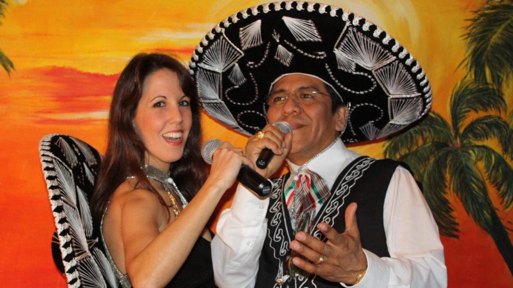 Los del Sol cantando mariachi