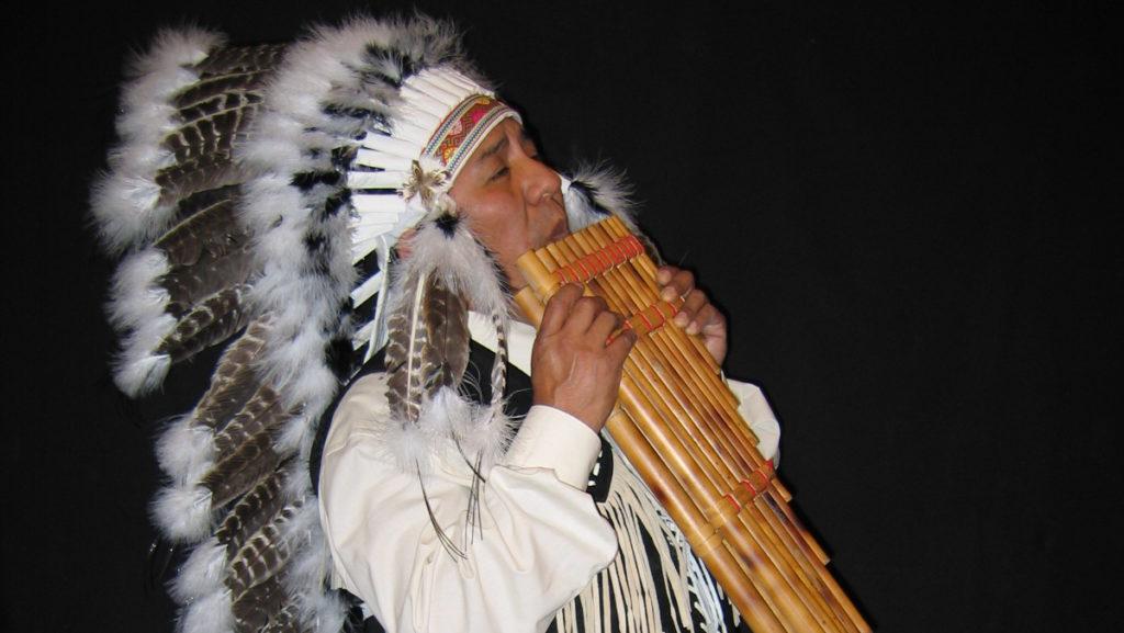 apache indiaan met panfluiten, panfluitmuziek