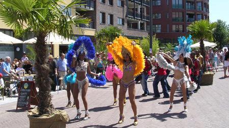 sambashow, straataninimatie, braziliaanse danseressen, brassband